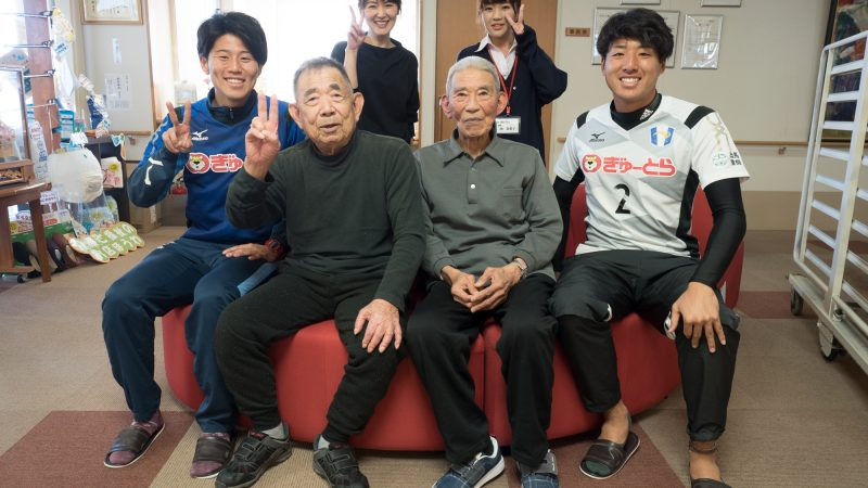 地元の社会人サッカークラブFC.ISE-SHIMAの選手がデイサービスセンター豊和を慰問!