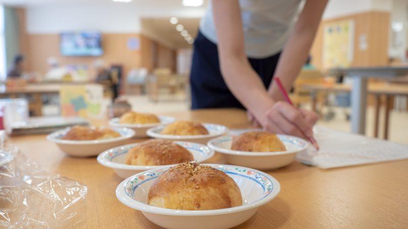 特別養護老人ホームうがた苑でパン作り