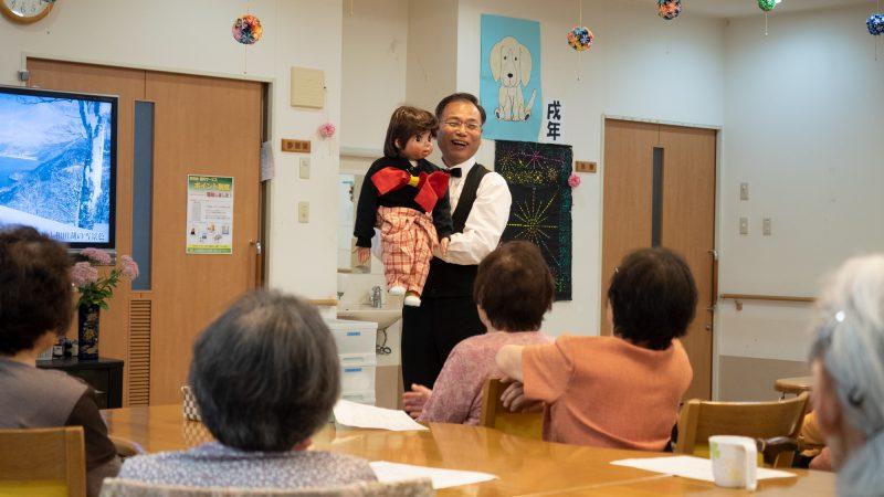デイサービスセンター豊和に「にこにこけんちゃん」が慰問に来てくださいました!