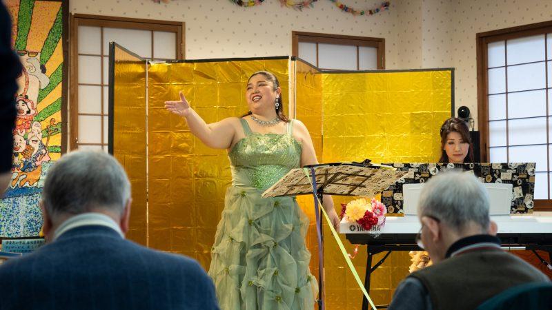 デイサービスセンターあらしまに歌い手の西邑さん、ピアニストの光田さんが慰問に来てくださいました!