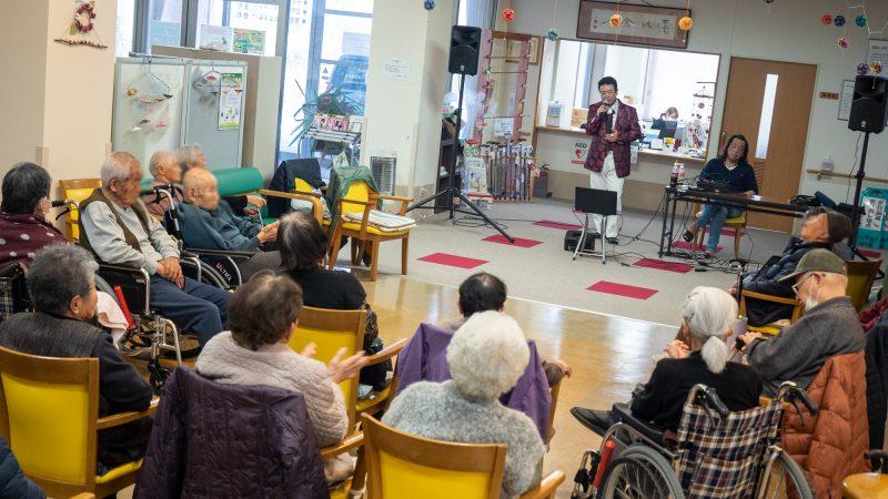 デイサービスセンター豊和に「おおしまたくみ」さんが慰問に来てくださいました!