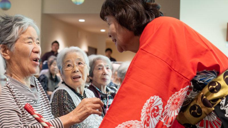 特別養護老人ホームふたみ苑で「さつき会」が踊りを披露!