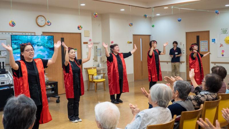 デイサービスセンター豊和でビバハートさんが伊勢志摩地方に古くから続く「奥志摩音頭」を披露!
