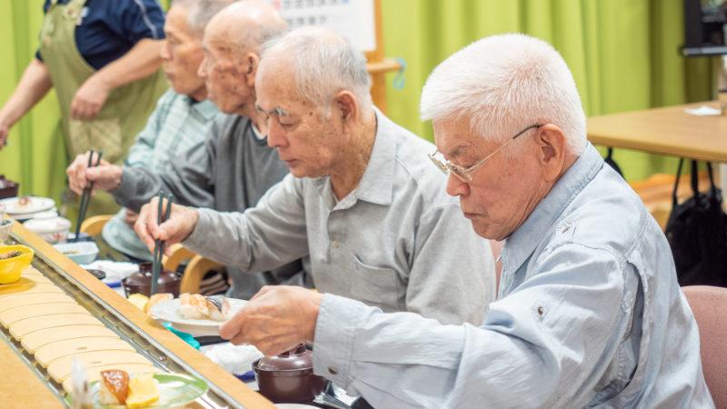まぐろ、サーモン、いか、えび天!志摩豊和苑でみんなが楽しみにしていた回転寿司が行われました!