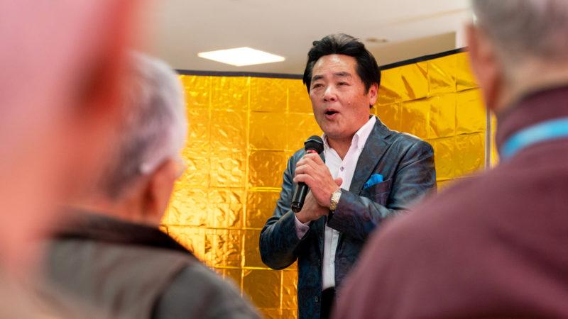 黄色い声援が飛び交う歌謡ショー♪石原修二さんが在宅介護複合施設あらしまで歌声を披露!
