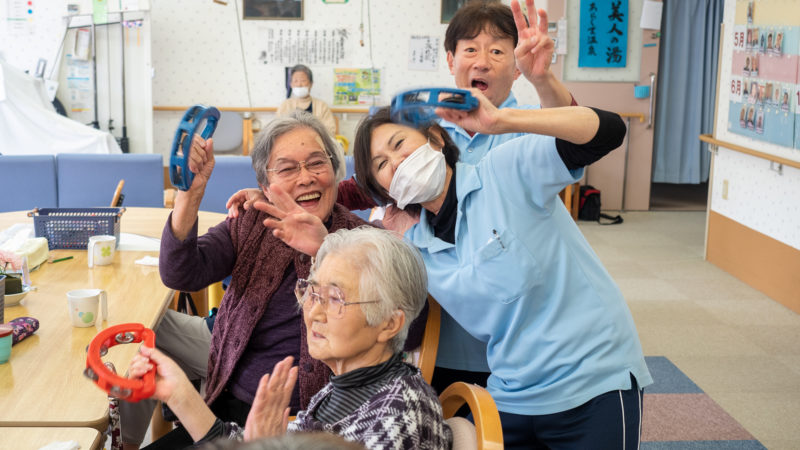 曲のリクエストが止まらない!デイサービスセンターあらしまで井村行夫さんが弾き語りを披露!