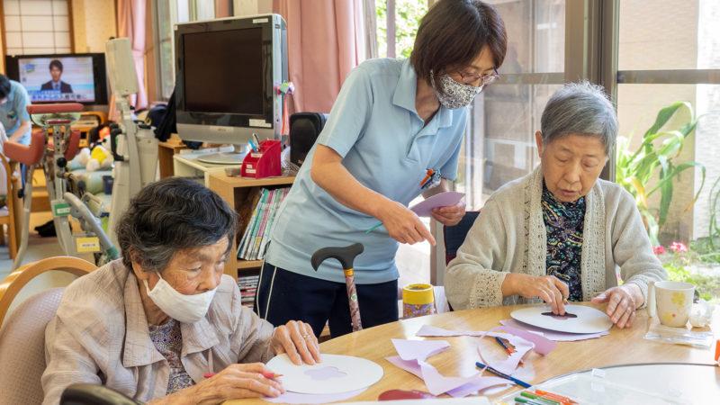 「画用紙であじさい作り」に挑戦!デイサービスセンターあらしまでお楽しみ会を開催しました!