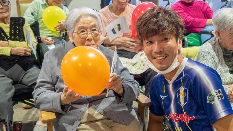 マジシャン「ボギー☆ジョーンズ」と地元のサッカークラブFC.ISE-SHIMAの「真野選手」が登場!ふたみ苑で敬老会を行いました!