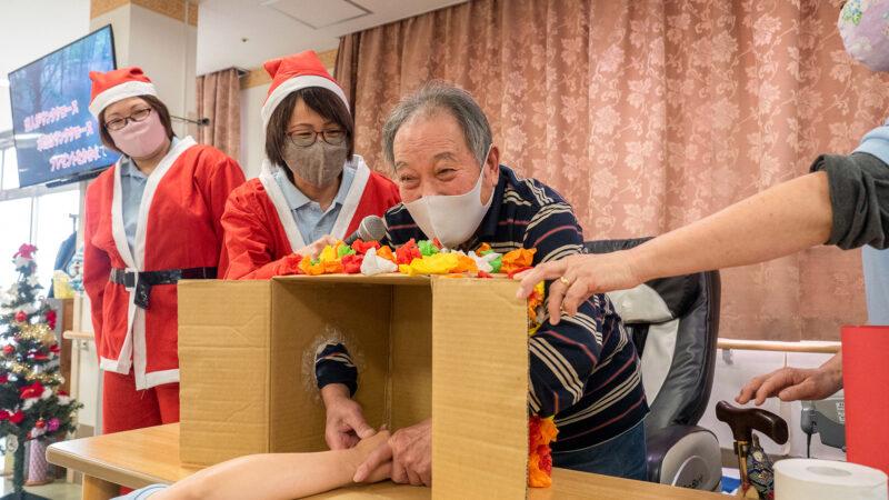 箱の中身にドキドキ!鳥羽豊和苑 通所リハビリテーションでクリスマス会を開催しました!